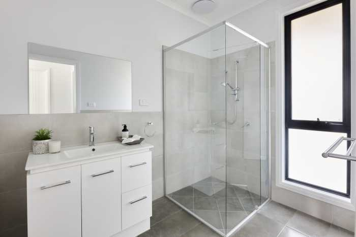 Tilied bathroom in modular home