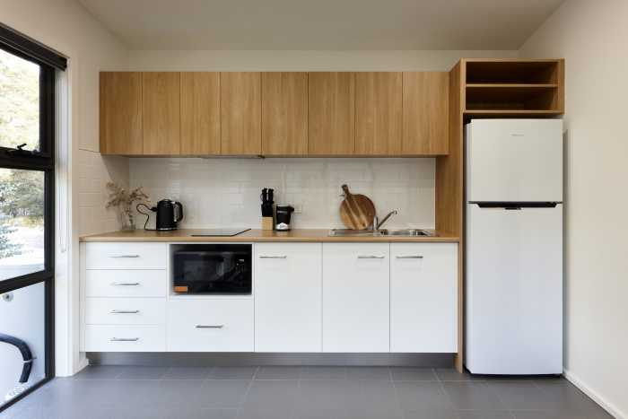 Transportable modular unit with kitchenette