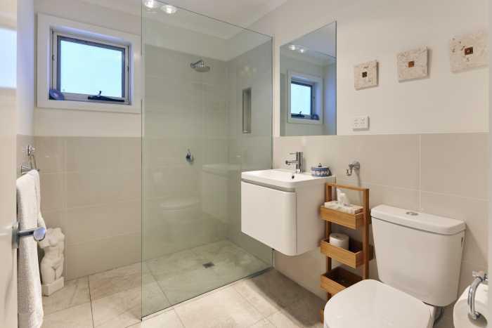 Wall mounted vainty in bathroom