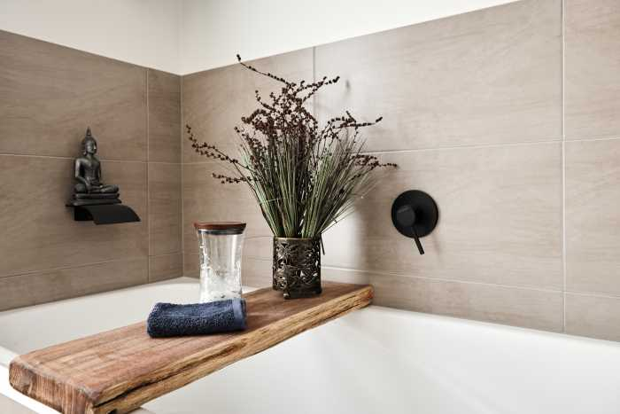 Rustic bath with beige tiles