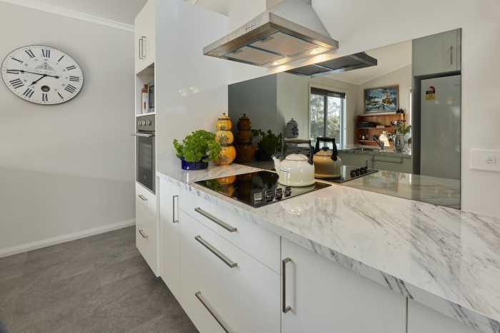 Mirror Splash Back in Modular Kitchen