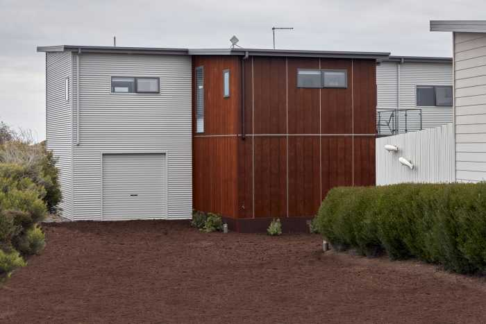 Contrasting timber and colourbond cladding