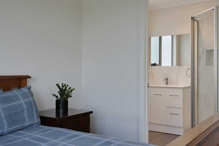 Large Bedroom with fresh white bathroom at Waterhouse