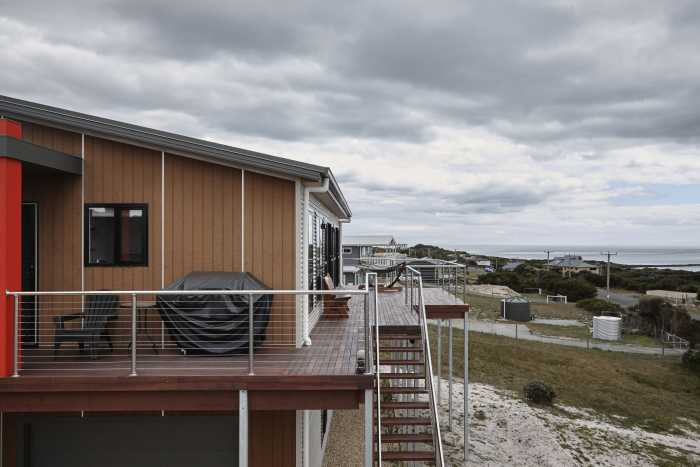 Brown timber cladding with coastal views at Bellbuoy Beach
